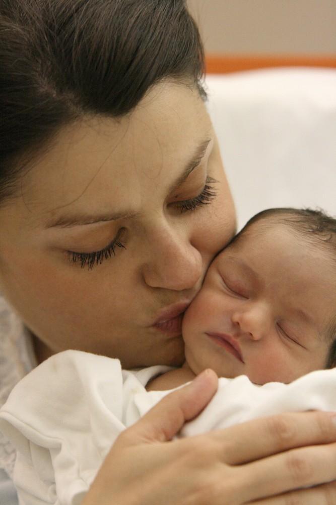 mom_kissing_baby