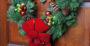 Simple Holiday Home: Beautiful Live Holiday Wreath on the door for Christmas
