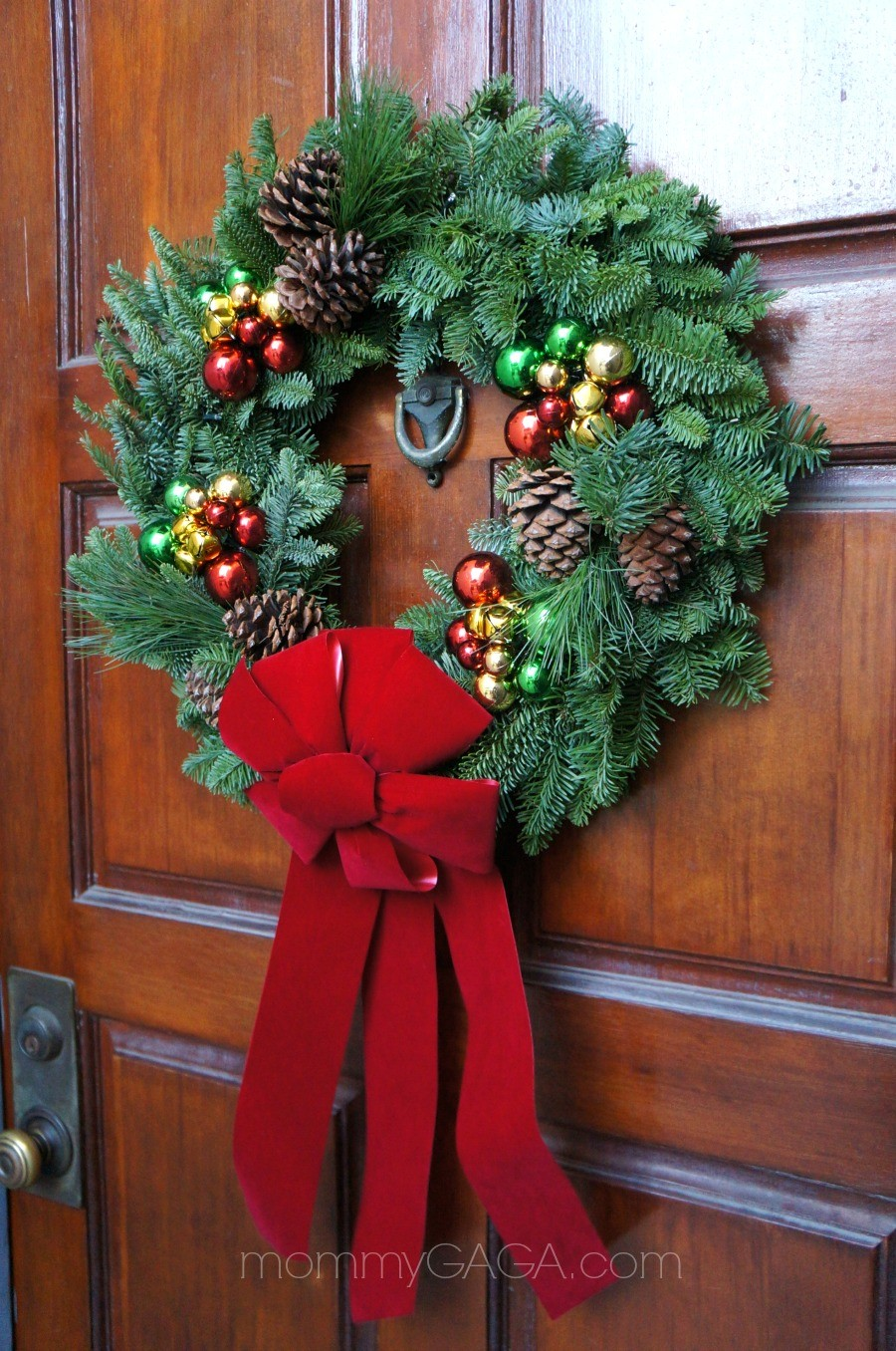 Simple holiday home decorating the front door entryway How to decorate a wreath