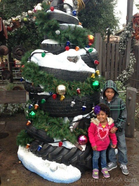 Disney Cars Christmas Tree.Kids In Front Of A Tire Christmas Tree Cars Land Disney