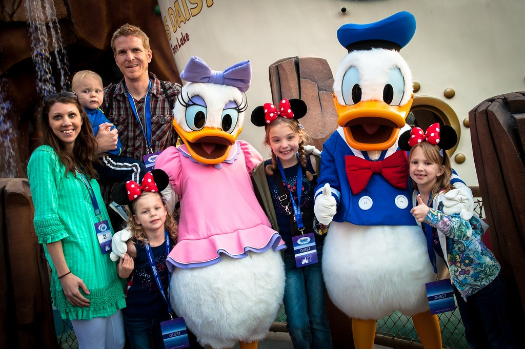 Families meet Donald and Daisy Duck at the 2014 Disney Social Media Moms Conference