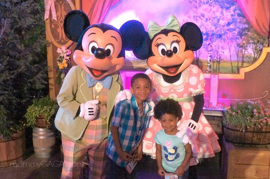 Kids with Mickey and Minnie Mouse, Disneyland
