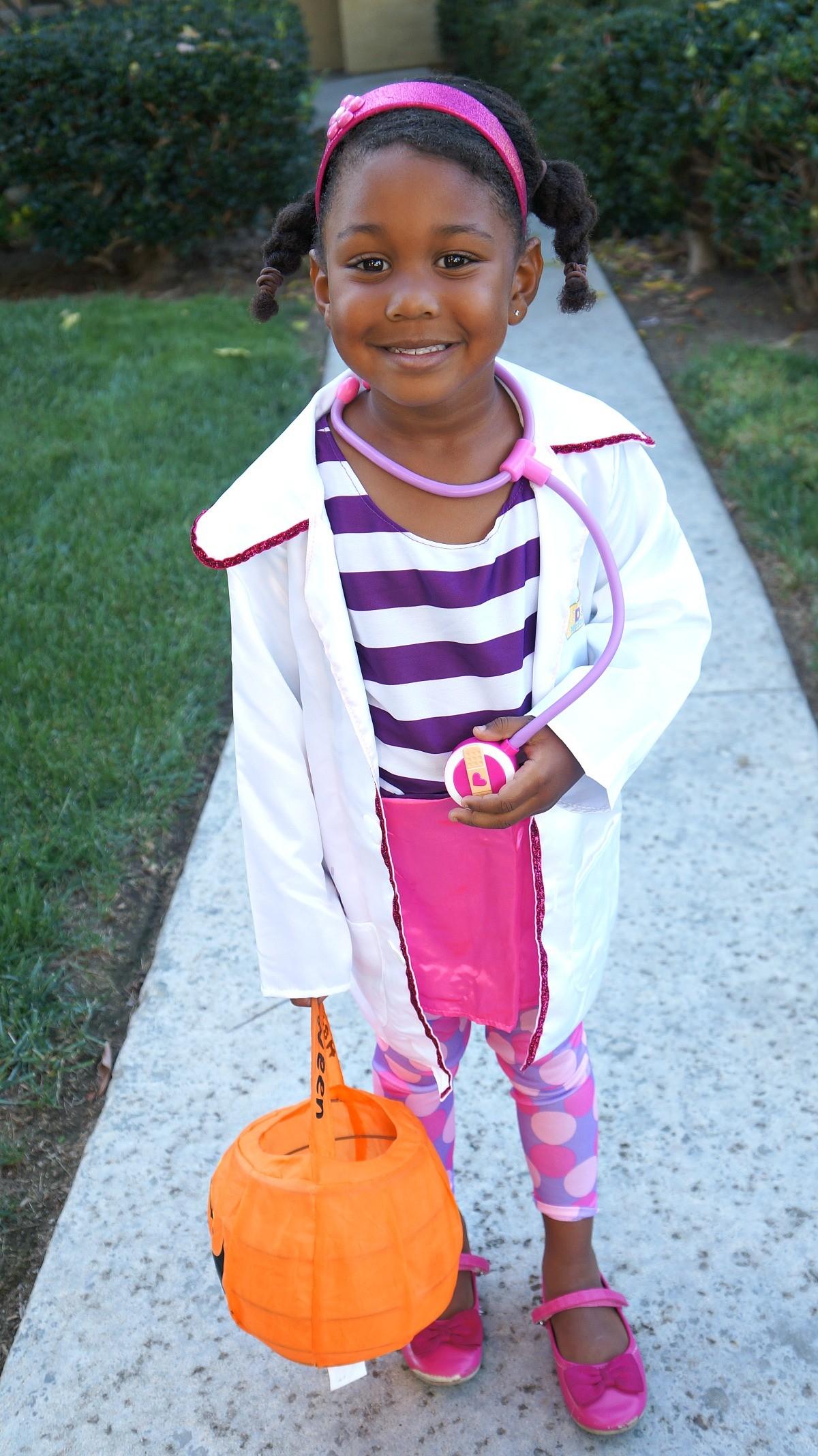 girl dressed in disney juniors doc mcstuffins halloween costume - Disney Jr Halloween Costumes