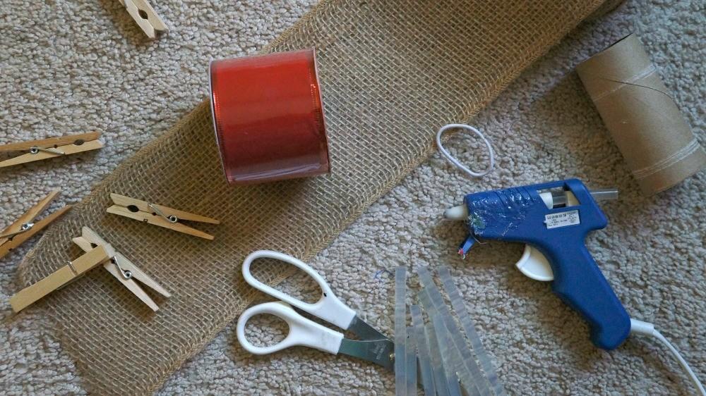 How to make a DIY wall Christmas card holder
