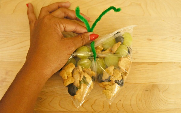 How to make butterfly snack bags with fruit and Honey Maid Teddy Grahams