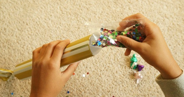 How to make toilet paper new years eve party poppers, fill with confetti and candy