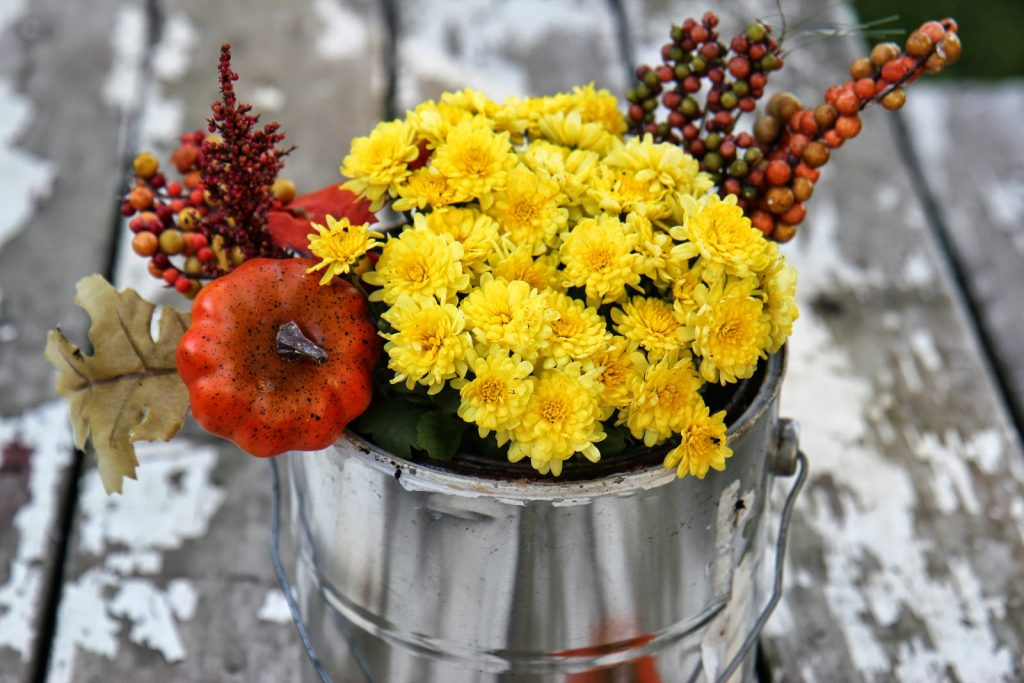 diy-fall-floral-upcycled-paint-can-love-this-flower-arrangement-centerpiece-idea