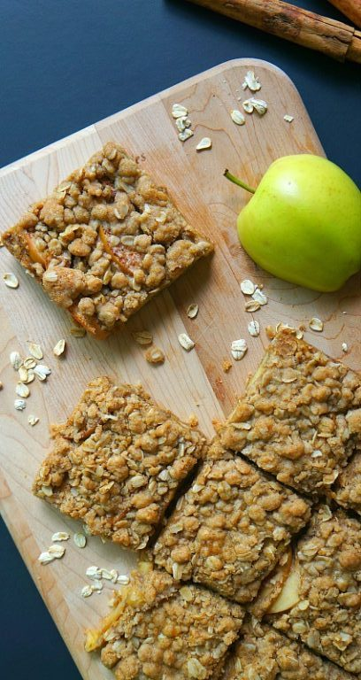 Apple cinnamon oatmeal bars recipe - these homemade soft baked oatmeal breakfast bars are delicious
