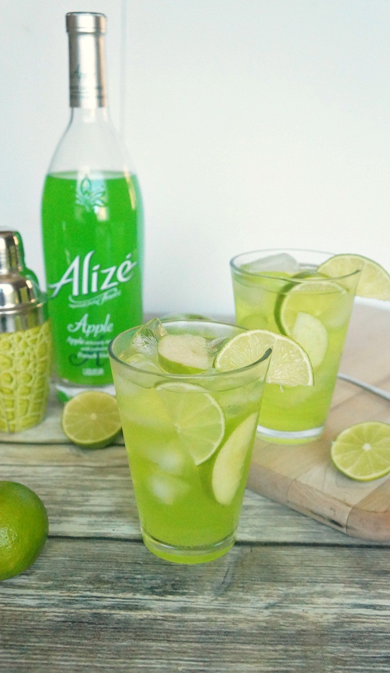 Sweet Sparkling Apple Fizz Cocktail Recipe