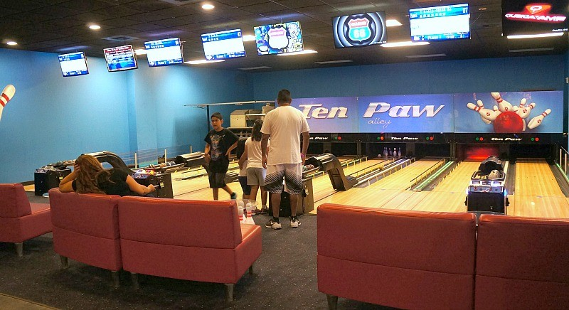 Things to do at Great Wolf Lodge in Southern California, Ten Paw Alley family bowling