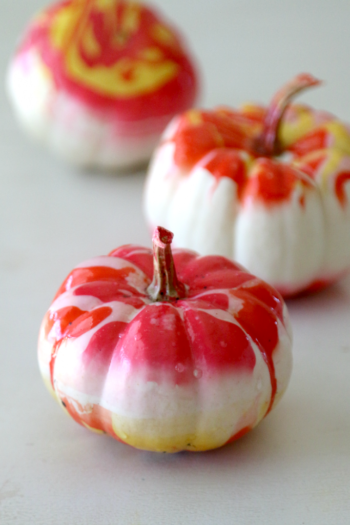 No carve pumpkin decorating ideas - DIY marbled pumpkins by Mom Dot