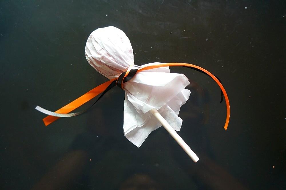 Making Halloween ghost lollipops